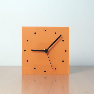 reloj moderno y decorativo de sobremesa naranja diseño NARA frontal