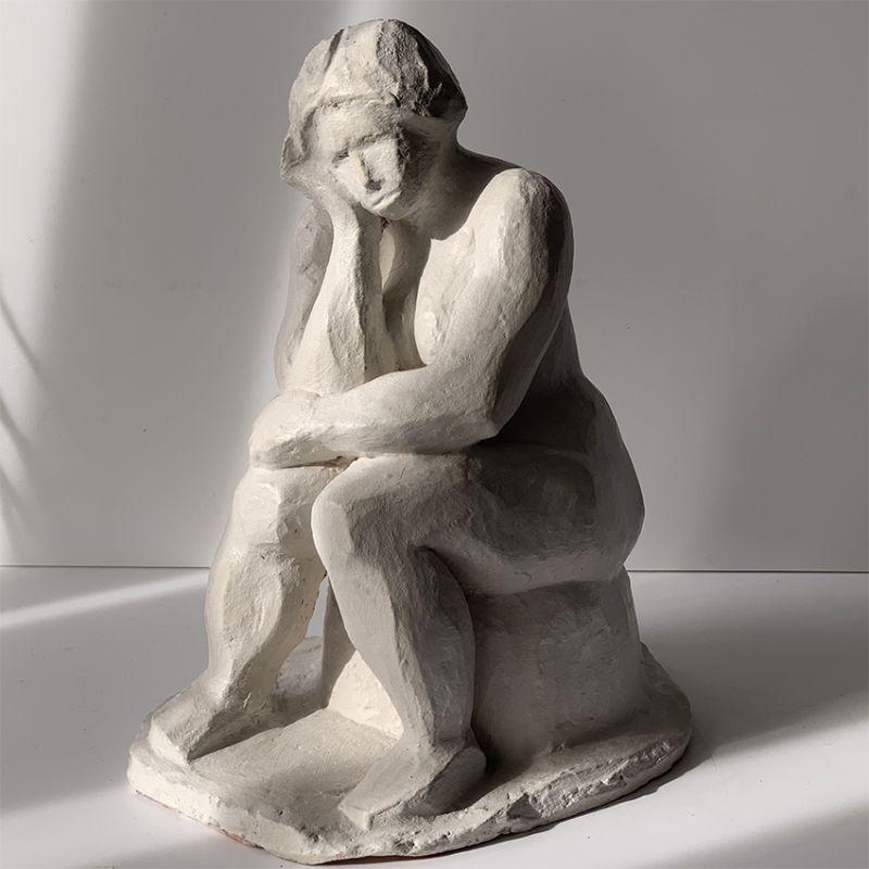 escultura moderna diseño mujer pensativa