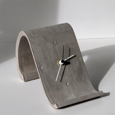 horloge de table design chaise