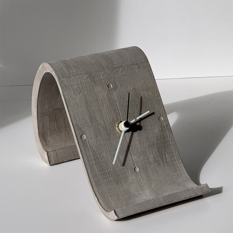 horloge de table design chaise