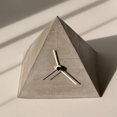 rellotge de sobretaula modern pel menjador -disseny PYRAMYD